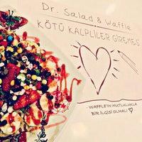 Foto tirada no(a) Dr. Salad por Ebru A. em 2/26/2016