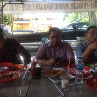 Photo taken at Kedai Mendoan by Ian Juanda M. on 11/7/2017