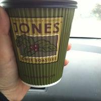 Foto tomada en Jones Coffee Roasters por Kristen S. el 1/6/2013