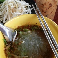 Photo taken at ก๋วยเตี๋ยวเรือเทพทอง by BellaBelle L. on 5/27/2014