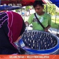 Photo taken at Pasar Tani Gelang Patah by Mkn A. on 4/16/2015