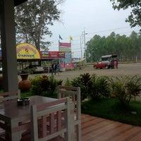 Photo taken at กาแฟบ้านสวนลุงตู่ by Sirorat C. on 1/30/2013