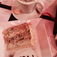 Photo taken at Le Rouge Confiserie & Caffé by Jucilene R. on 7/4/2015