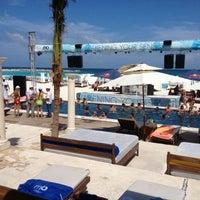 Foto tomada en Mandala Beach Club por VivoEnCancun el 7/20/2013