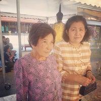 Photo taken at ตรอกวัดอินทรวิหาร by am~•jarê• on 1/6/2015