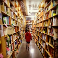 Photo prise au Powell's City of Books par Leanne P. le4/8/2013