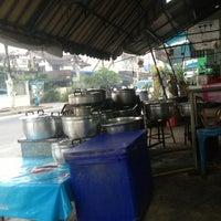 Photo taken at ร้านข้าวต้มป้าอี๊ by Chodok S. on 1/22/2013