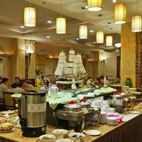 Photo taken at 石龙金凯悦大酒店 Gladden Hotel Shilong by Liew T. on 10/14/2015