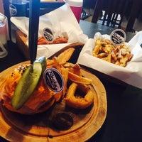 Photo prise au Rock Me Burger & Bar par Smile 🎩 S. le8/14/2015