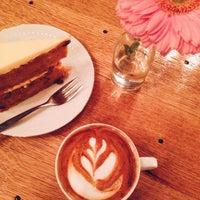 Foto tirada no(a) Koffieschenkerij De Oude Kerk por Minty em 12/9/2015