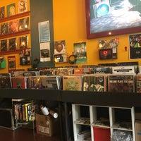 Das Foto wurde bei Songbyrd Record Cafe von Lauren S. am 6/26/2017 aufgenommen