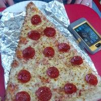 Das Foto wurde bei Jumbo Slice Pizza von Gary D. am 1/13/2013 aufgenommen