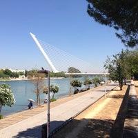 Foto tomada en Puente del Alamillo por Anton K. el 8/13/2013