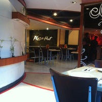 Photo taken at Pizza Hut by Senbe N. on 3/11/2013