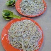 Photo taken at Original Serangoon Fried Prawn Noodle 正孟加卡老招牌炒福建虾米面 by Irene W. on 8/12/2016