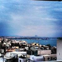 Das Foto wurde bei Perla Kallavi Teras Cafe von Birkan D. am 10/24/2012 aufgenommen