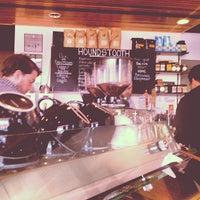Das Foto wurde bei Houndstooth Coffee von C K. am 1/13/2013 aufgenommen