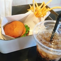 Photo taken at HENRY'S BURGER by ken on 9/29/2017