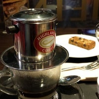 Photo taken at Highlands Coffee by ibyang s. on 7/15/2013