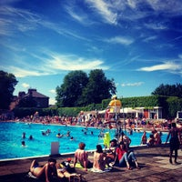 Photo prise au Brockwell Lido par Robbie G. le6/30/2013
