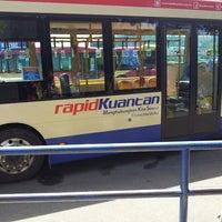 Photo taken at Kompleks Terminal Makmur (Kuantan Bus Station) by Dak A. on 5/6/2013