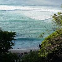 Снимок сделан в Padang-Padang Beach пользователем Herni C. 9/13/2013