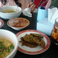 Foto tomada en Restoran Ikan Tude Manado por Christine el 3/2/2013