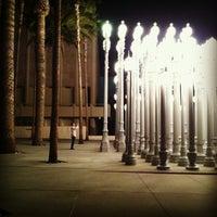 3/15/2013 tarihinde Melissa K.ziyaretçi tarafından Urban Light at LACMA'de çekilen fotoğraf