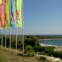 Photo taken at Ακτή του Ήλιου by 🇲.🇪.🇱.🇱 Ⓜ. on 7/24/2013