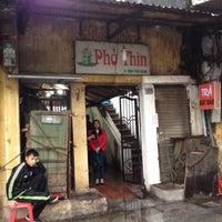 Photo taken at Phở Thìn Bờ Hồ by 5 B. on 2/18/2015