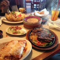Foto tomada en La Parrilla Mexican Restaurant por Shea J. el 12/22/2012