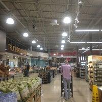 Foto scattata a Whole Foods Market da Thaphat ผ. il 5/25/2015