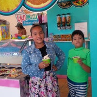 Photo taken at Yo Mama's Frozen Yogurt by Elsita V. on 3/29/2015