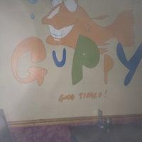 Das Foto wurde bei Guppy's Good Times von Steef S. am 1/12/2013 aufgenommen