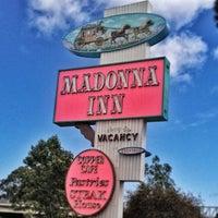 รูปภาพถ่ายที่ Madonna Inn โดย prairie rose f. เมื่อ 6/10/2013