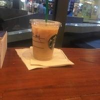 Снимок сделан в Starbucks пользователем chompi . 2/16/2018