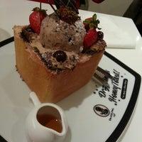 Das Foto wurde bei Dazzling Cafe Pink von Chris L. am 1/30/2013 aufgenommen