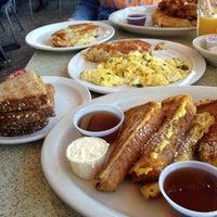 11/18/2012 tarihinde Yasmin B.ziyaretçi tarafından Pann's Restaurant & Coffee Shop'de çekilen fotoğraf