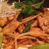 Foto scattata a Lotus Thai Cuisine da Jennifer N. il 9/17/2013