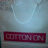 Das Foto wurde bei Cotton On von Gordon C. am 5/29/2013 aufgenommen