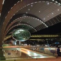 10/11/2013 tarihinde Walid A.ziyaretçi tarafından Dubai Uluslararası Havalimanı (DXB)'de çekilen fotoğraf