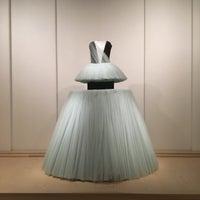11/22/2016 tarihinde Tiffany K.ziyaretçi tarafından The Costume Institute @ The Metropolitan Museum of Art'de çekilen fotoğraf
