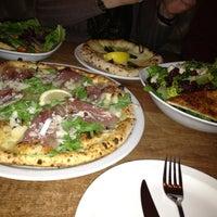 Photo prise au Famoso Neapolitan Pizzeria par Jenna C. le12/31/2012