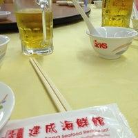Photo taken at Kian Seng Seafood Restaurant 建成海鲜馆 by Shyh jih L. on 12/25/2012