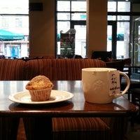 Снимок сделан в Starbucks пользователем Sergio G. 10/6/2012
