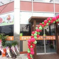 Photo taken at 한우 진갈비탕.진갈비살 by Kim J. on 11/15/2013