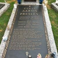 5/6/2013에 Ashleigh T.님이 Elvis's Grave에서 찍은 사진