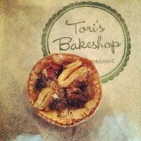 9/15/2012 tarihinde Lauren S.ziyaretçi tarafından Tori's Bakeshop'de çekilen fotoğraf