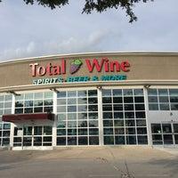 Foto tirada no(a) Total Wine & More por Claire F. em 8/24/2016