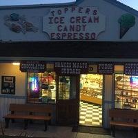 7/30/2017 tarihinde Andrew C.ziyaretçi tarafından Toppers Ice Cream'de çekilen fotoğraf